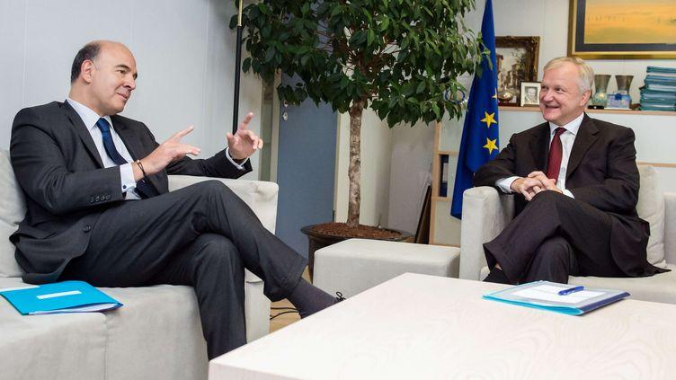 Le ministre de l'Economie, Pierre Moscovici, et le commissaire européen aux Affaires économiques, Olli Rehn, le 26 septembre 2013 à Bruxelles (Belgique). (GEERT VANDEN WIJNGAERT / AP / SIPA)