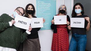 Des écoutantes du numéro 3919 contre les violences faites aux femmes, le 25 janvier 2021 à Paris. (ANDREA BRESCIANI / HANS LUCAS / AFP)