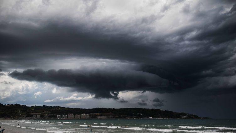 De violents orages éclatent à Hendaye, dans les Pyrénées-Atlantiques, le 15 juin 2016. (MAXPPP)