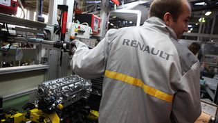 Un salarié de Renault à l'usine de Cléon (Seine-Maritime). Photo d'illustration. (MAXPPP)