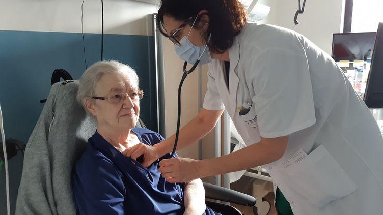 Ladocteure Saccon examine Madeleine Cape, une patiente de l'hôpital de Valenciennes (Nord). (SOLENNE LE HEN / RADIO FRANCE)