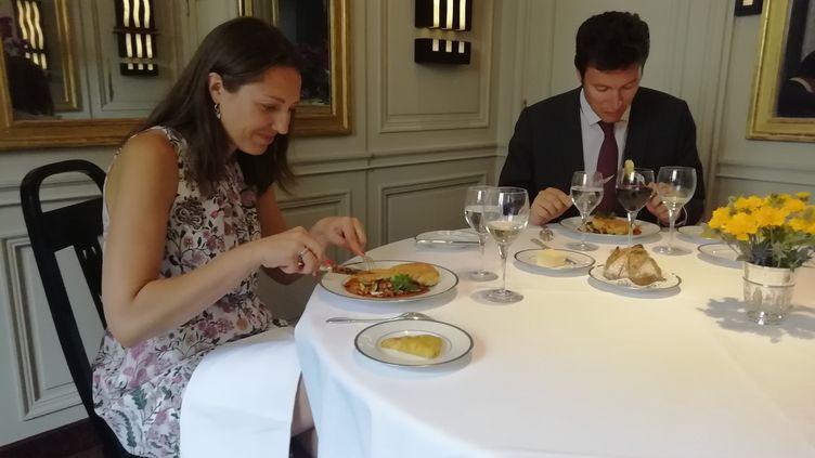 Sandrine, médecin anesthésiste-réanimatrice à l'hôpital Bichat à Paris, et son mari Nicolas, dégustent leur déjeuner gastronomique au restaurant triplement étoilé l'Ambroisie. (MAIWEN BORDRON / RADIO FRANCE)