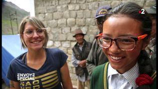 Des lunettes données en France pour que cette jeune Indienne voie enfin les sommets de l'Himalaya (ENVOYE SPECIAL / FRANCE 2)