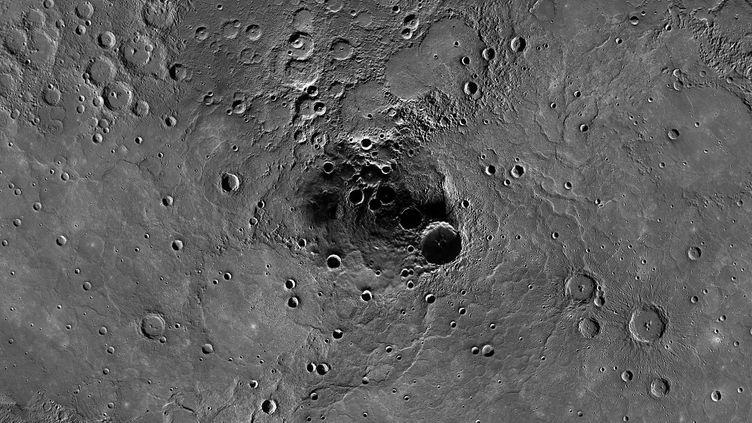 La surface du pôle nord de Mercure, capturé par la Nasa, en novembre 2012. (AFP PHOTO / NASA / JOHNS HOPKINS UNIVERSITY APPLIED PHYSICS LABORATORY / CARNEGIE INSTITUTION OF WASHINGTON)