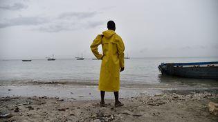 Un pêcheur observe la mer à Leogane (Haïti), lundi 3 octobre 2016, alors que l'ouragan Matthew s'approche de la côte. (HECTOR RETAMAL / AFP)