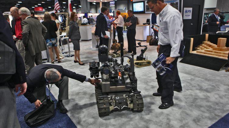 Un robot armé américain MAARS lors d'une conférence de l'Association internationale pour les systèmes de véhicules sans pilote,à Washington, en 2011. (DENNIS BRACK / MAXPPP)