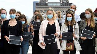 """Des personnes tiennent des pancartes """"#wearetogether"""" (""""nous sommes ensemble""""), le 19 août 2020 au Trocadéro, à Paris. (BERTRAND GUAY / AFP)"""