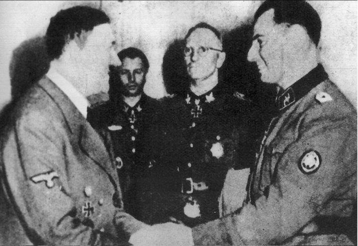 1944. Hitler remercie le Belge Léon Degrelle. Après avoir été un leader d'extrême-droite, il avait rallié l'armée nazie, la Waffen SS, où il a commandé le contingent belge. (AFP/BELGA PHOTO)