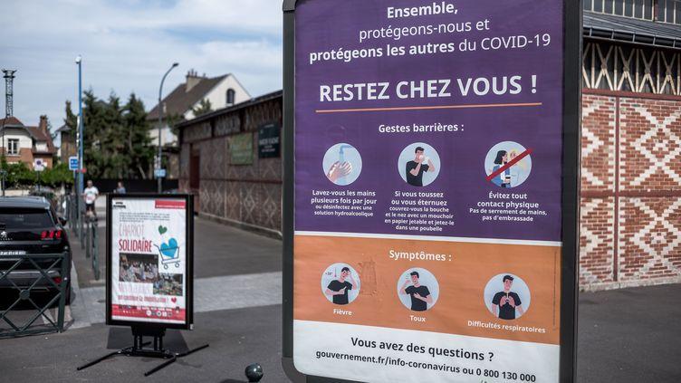 Une affiche du gouvernement lors de l'épidémie de Covid-19, à Asnières (Hauts-de-Seine), le 7 mai 2020. (NICOLAS MESSYASZ/SIPA / NICOLAS MESSYASZ)