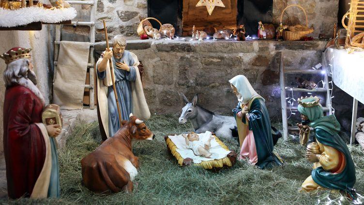 Une crèche de Noël a été détruite par un incendie dans la cathédrale de Saint-Étienne. (SEBASTIEN NOGIER / AFP)
