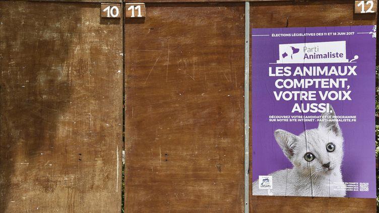 Une affiche de campagne du Parti animaliste à Villaudric (Haute-Garonne), le 7 juin 2017. (PASCAL PAVANI / AFP PHOTO)