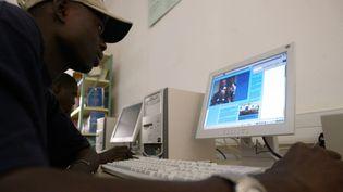 Un étudiant sénégalais devant un ordinateur à l'université de Dakar. (SEYLLOU DIALLO / AFP)