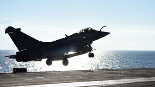 Un Rafale décolle du porte-avions Charles-de-Gaulle en Méditerranée orientale, le 22 novembre 2015. (ANNE-CHRISTINE POUJOULAT / AFP)