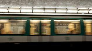 Un métro arrive dans la station Victor-Hugo à Paris, le 13 mars 2018. (DAVID SEYER / CROWDSPARK / AFP)