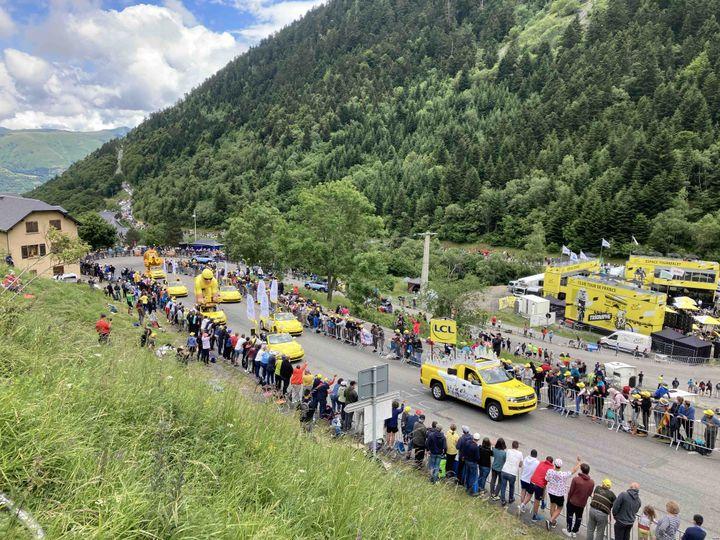 La caravane fend la foule sur le col du Portet, le 14 juillet 2021. (AH)