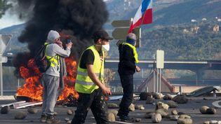 """Une barricade prend feu pendant une manifestation de """"gilets jaunes"""", près du péage du Boulou (Pyrénées-Orientales) sur l'A9, le 22 décembre 2018. (RAYMOND ROIG / AFP)"""