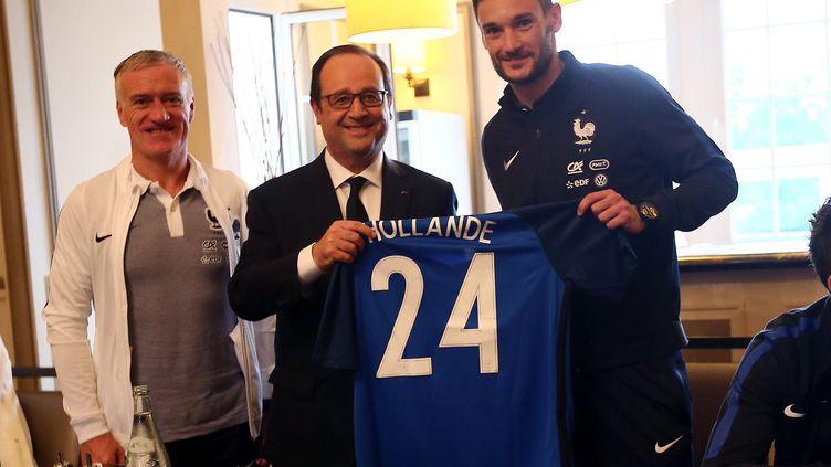 Le président de la République, François Hollande, reçoit un maillot de l'équipe de France de football, le 5 juin 2016 à Clairefontaine (Yvelines). (EQUIPE DE FRANCE / TWITTER.COM)