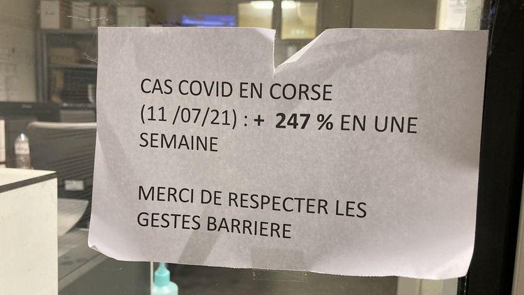 A l'entrée des urgences de l'hôpital de Bastia, cette affiche rappelle aux patients les chiffres inquiétants de la propagation de l'épidémie dans le département. (MATHILDE ANSQUER / RADIO FRANCE)