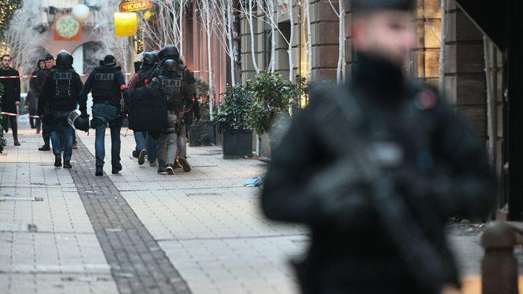 Un membre de la BRI (Brigades de recherche et d'intervention) rue des Orfèvres à Strasbourg le 12 décembre 2018. (SEBASTIEN BOZON / AFP)
