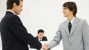 Deux entrepreneurs se serrant la main. (ERIC AUDRAS / MAXPPP)
