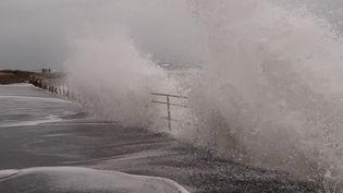 Les vagues passent par-dessus la digue à Urville-Nacqueville (Manche), lors des grandes marées, le 19 septembre 2020. (MAXPPP)