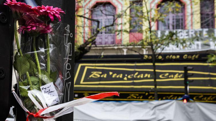 Devant le Bataclan, le 17 novembre 2015, quatre jours après les attentats de Paris, qui ont fait 129 morts. (GEOFFROY VAN DER HASSELT / AFP)
