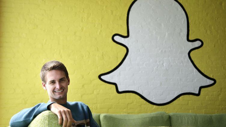 L'un des fondateurs de Snapchat, Evan Spiegel, sous le logo de l'application, le 24 octobre 2013 à Los Angeles (Etats-Unis). (JAE C. HONG / AP / SIPA)
