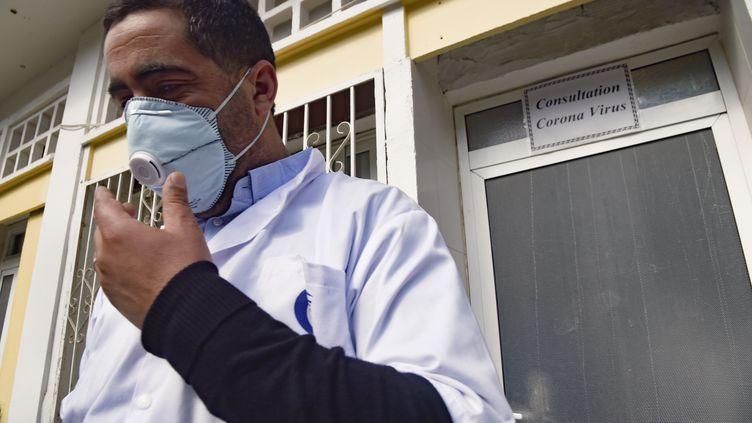 Médecin de l'hôpital El-Kettar d'Alger spécialisé dans la lutte contre les épidémies. Les autorités algériennes ont annoncé, le 25 février 2020, un premier cas de coronavirus, un citoyen italien arrivé dans le pays le 17 février 2020. (RYAD KRAMDI / AFP)