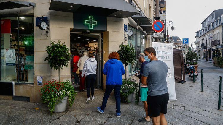 Des personnes font la queue pour faire un test contre le Covid-19 à Deauville (Calvados), le 4 août 2021. (SAMEER AL-DOUMY / AFP)