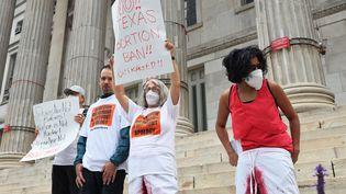 Des défenseurs du droit à l'avortement manifestent contre la loi texane devant leBrooklyn Borough Hall à New-York, le 1er septembre 2001. (MICHAEL M. SANTIAGO / GETTY IMAGES NORTH AMERICA)