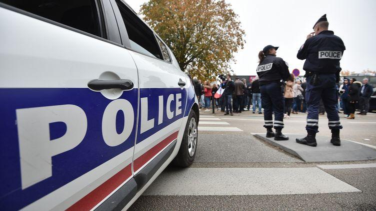 Des policiers en octobre 2016. (JEAN-SEBASTIEN EVRARD / AFP)