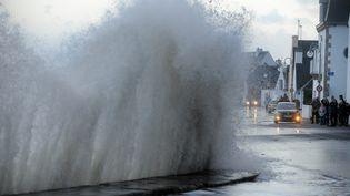 Alors que l'eau peine à retrouver son niveau normal dans les terres lundi 6 janvier, huit départements du littoral atlantique sont placés en vigilance orange vagues-submersion, dont leFinistère et Morbihan. Ici sur l'Ile-Tudy, le 3 janvier 2014. (FRED TANNEAU / AFP)