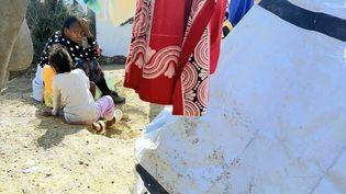 Une réfugiée sur l'île de Lesbos(Grèce) avec sa fille (illustration). (CÉCILE DE KERVASDOUÉ / RADIO FRANCE)