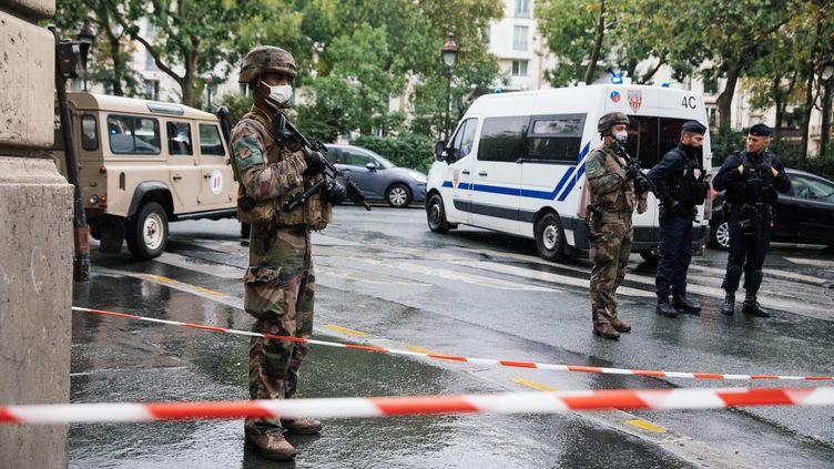 """Des militaires sur le boulevard Richard Lenoir, à Paris, après l'attaque survenue à proximité des anciens locaux de """"Charlie Hebdo"""", vendredi 25 septembre 2020. (MARIE MAGNIN / HANS LUCAS / AFP)"""