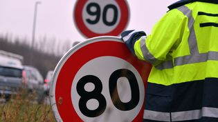 Le passage de la limitation de vitesse de 90 à 80 sur les routes secondaires ne se fait pas sans quelques grincements de dents. (FRANCE BLEU Maxppp pour FRANCE INFO)