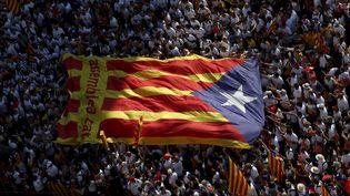 Des partisans de l'indépendance de la Catalogne manifestent dans les rues de Barcelone (Espagne), le 11 septembre 2015. (ALBERT GEA / REUTERS)