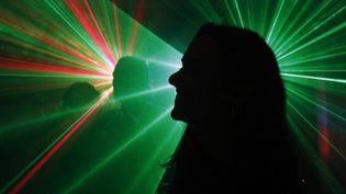 Silouhette sur laser dans une discothèque (2018). (GODONG / BSIP VIA AFP)