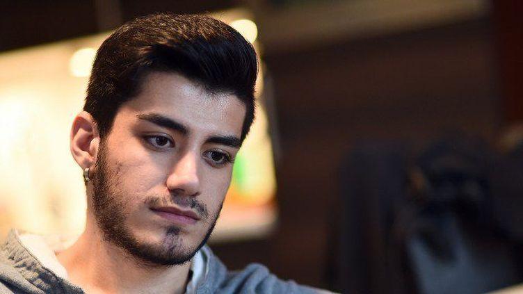 Omar, Syrien de 20 ans, témoigne des menacesdont sont victimes les migrants homosexuels par d'autres migrants, le 5 janvier 2016, à Aalsmeer. (EMMANUEL DUNAND / AFP)