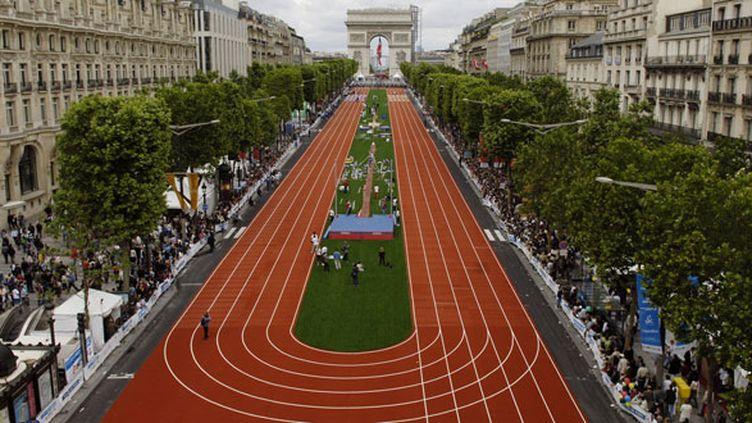 Les Champs-Elysées recouverts d'une piste d'athlétisme lors de la candidature de Paris aux JO 2012