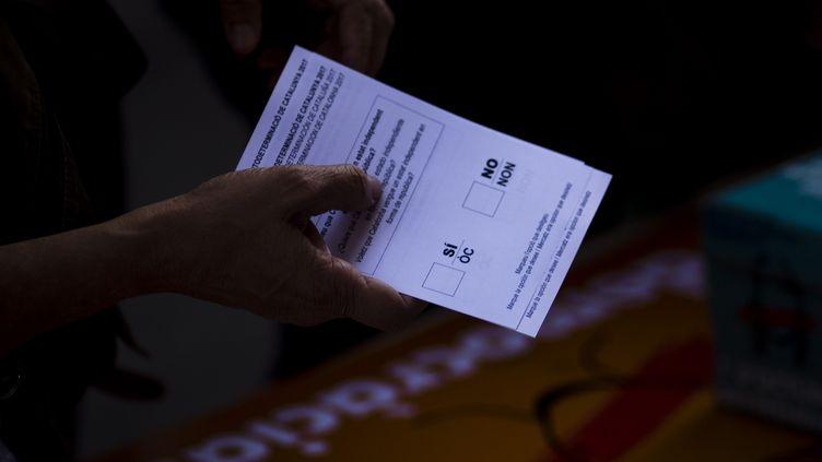 Des étudiants distribuent des bulletins de vote en vue du référendum, le 27 septembre 2017 à Barcelone. (XAVIER BONILLA / NURPHOTO / AFP)