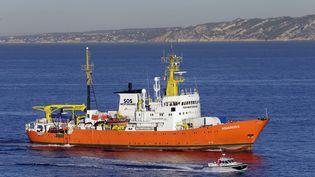 Le navire humanitaire l'Aquarius arrive dans le port de Marseille (Bouches-du-Rhône), le 4 octobre 2018. (CLAUDE PARIS / AP / SIPA)