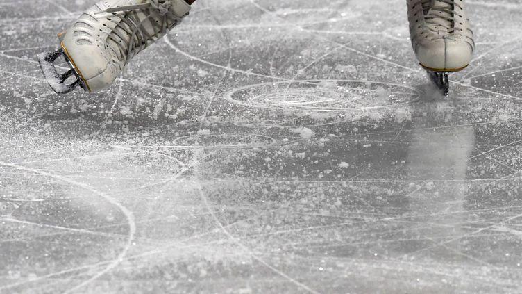 Une patineuse s'entraîne sur la glace (illustration). (KIRILL KUDRYAVTSEV / AFP)