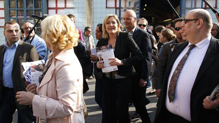 Marine Le Pen en visite au marché de Meaux (Seine-et-Marne) le 24 mars 2012. (THOMAS PADILLA / MAXPPP)
