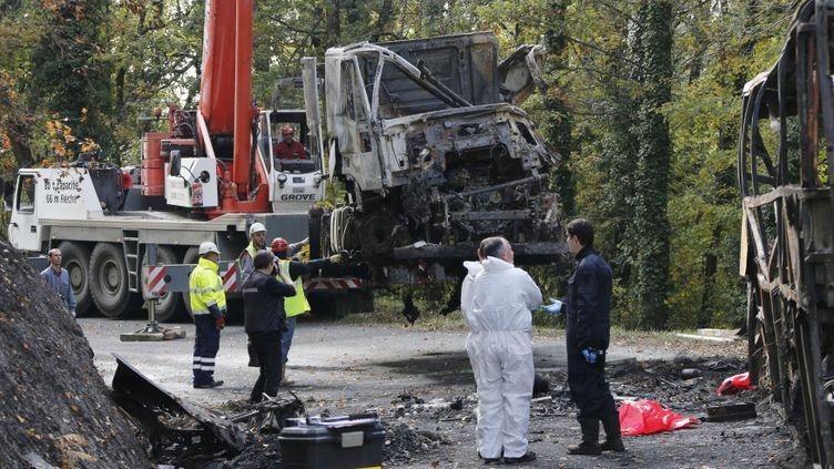 (Les carcasses du camion et l'autocar impliqués dans l'accident survenu vendredi à Puisseguin (Gironde) ont été dégagés de la route lundi matin. © Reuters)