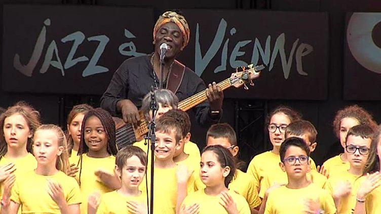 Richard Bona a ouvert la 37e édition du Festival de Jazz à Vienne  (France 3 / Culturebox)