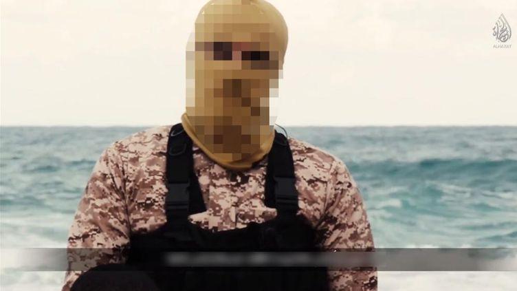 Un membre de l'Etat islamique revendique l'exécution de 21 chrétiens d'Egypte enlevés en Libye, dans une vidéo diffusée le 15 février 2015. (CAPTURE D'ECRAN)