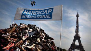 La 17e pyramide de chaussures, organisée par Handicap International en 2011 sur le Trocadéro, à Paris. (MAXPPP)