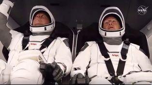 Les astronautes Bob Behnken (à gauche) and Doug Hurley dans la capsule Crew Dragonau sommet de la fusée SpaceX, qui devrait les propulser dans l'espace, samedi 30 mai, au centre spatial Kennedy, en Floride. (AFP)