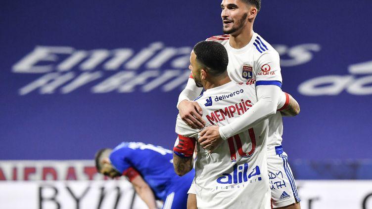 Respectivement buteur et passeur sur le premier but, Memphis Depay et Houssem Aouar ont montré la voie à l'OL contre Strasbourg, le 6 février 2021. (PHILIPPE DESMAZES / AFP)