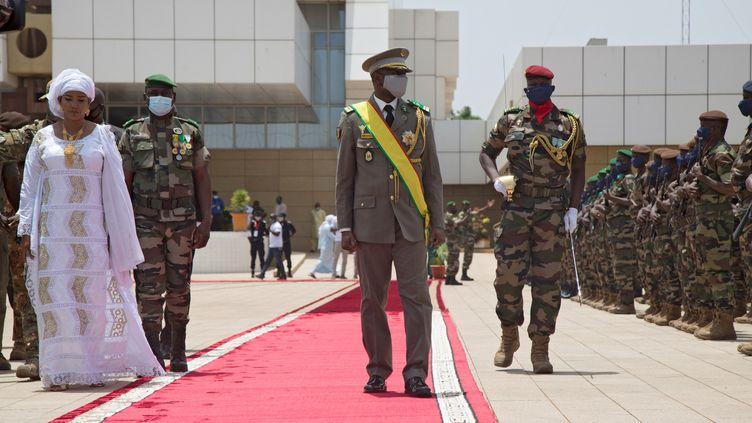 Nouveau président par intérim du Mali, le colonel Assimi Goïta passe les troupes en revue après avoir prêté serment à Bamako, le 7 juin 2021. (ANNIE RISEMBERG / AFP)
